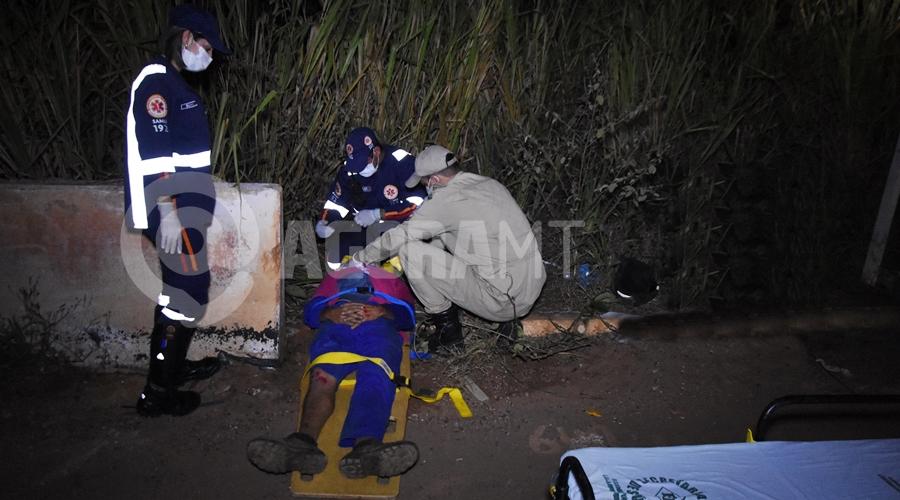 Imagem: Motoqueiro ferido sendo atendido Motociclista fica ferido após acidente no Anel Viário