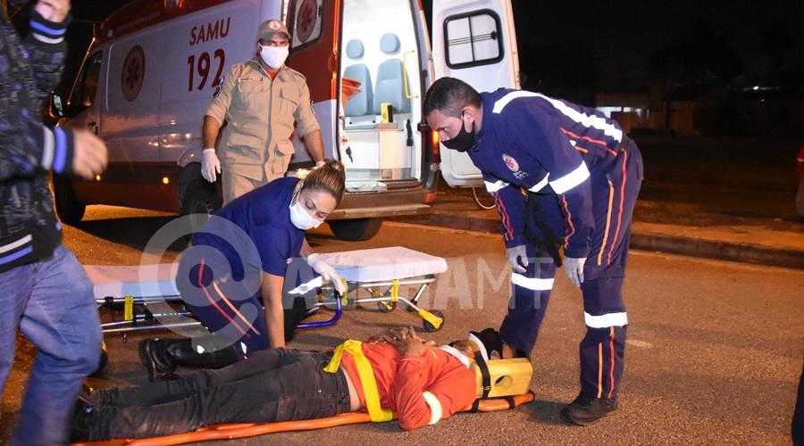 Imagem: Motoqueiro feriodo sendo socorrido Motorista atropela delivery, foge do local, mas é capturado e preso