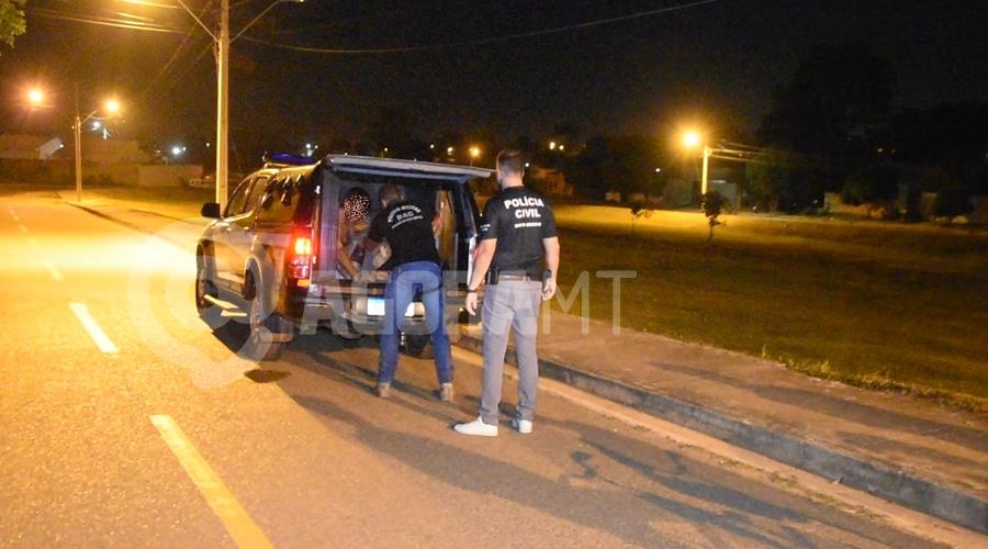 Imagem: Motorista em visivel estado de embriagues sendo preso Motorista atropela delivery, foge do local, mas é capturado e preso