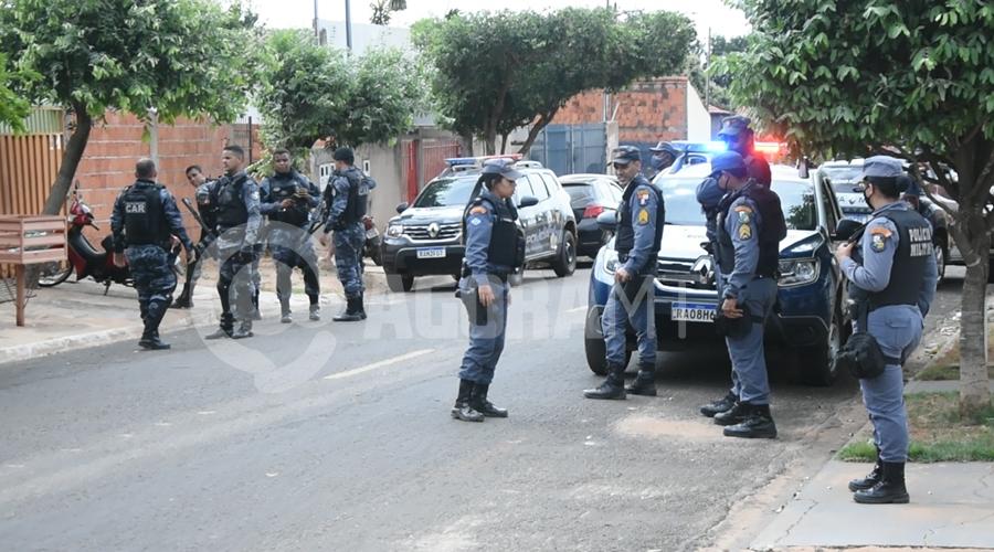 Imagem: Movimentacao de policiais no local da fuga PM realiza perseguição e prende ladrão com extensa ficha criminal após cometer roubo