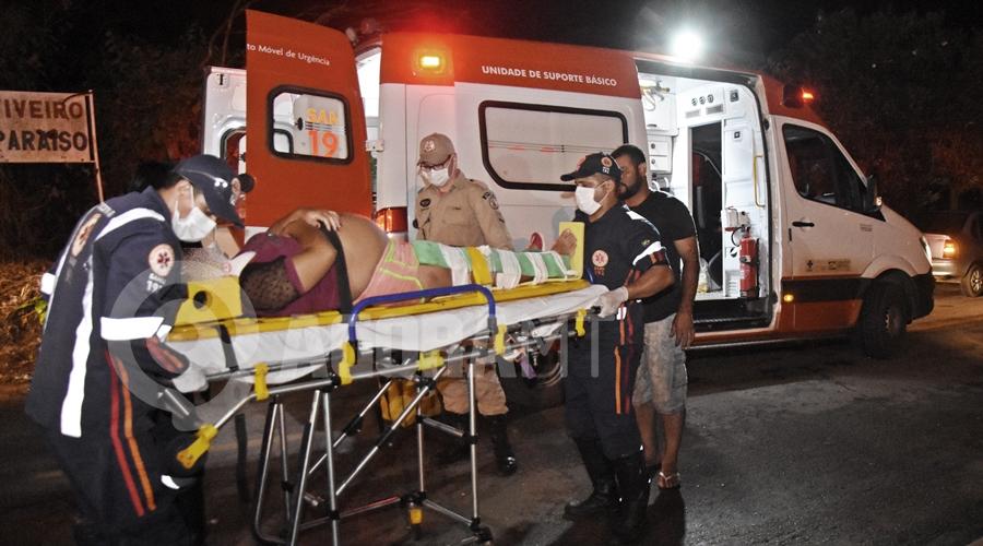 Imagem: Mulher gestante recebendo os cuidados medicos Gestante sofre fratura após se envolver em acidente na Rua José Barriga