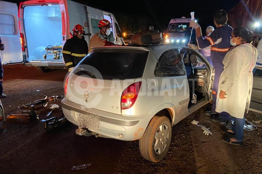 Imagem: O condutor da Celta filcou presoas ferragens Acidente entre carro e carreta deixa motorista preso às ferragens
