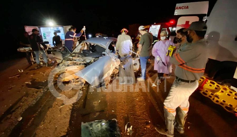 Imagem: O veiculo Celta ficou totalmente destruido Acidente entre carro e carreta deixa motorista preso às ferragens