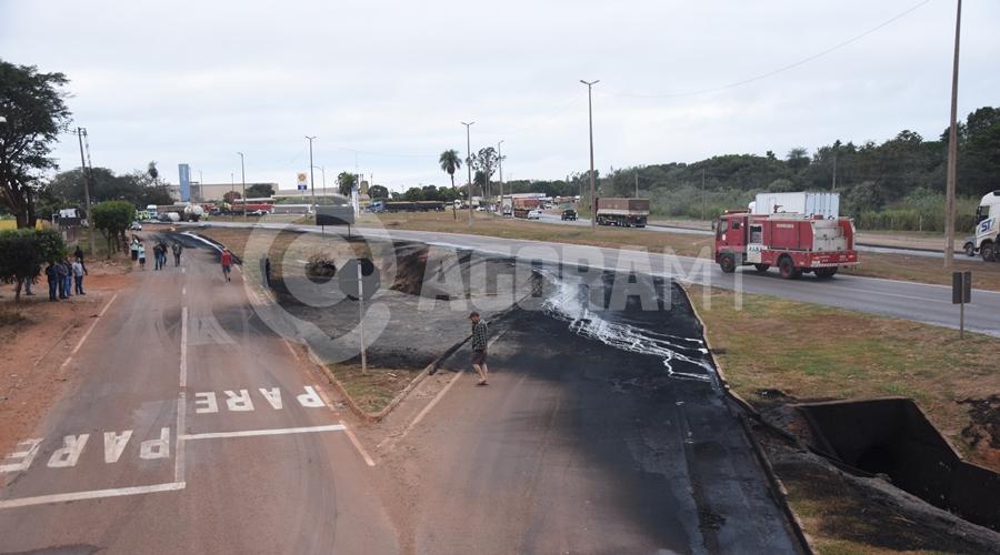 Imagem: Pista danificada com o fogo Duas carretas pegam fogo após caminhão-tanque tombar