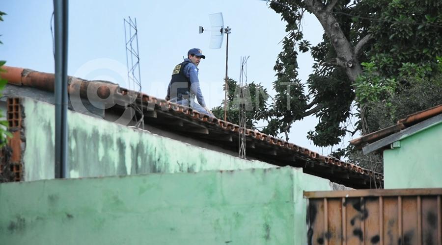 Imagem: Poilicial em cima do telhado procurando suspeito PM realiza perseguição e prende ladrão com extensa ficha criminal após cometer roubo