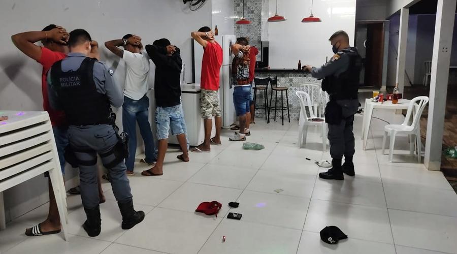 Imagem: Policia prende grupo de pessoas em festa PM acaba com 'festinha clandestina' e leva 12 pessoas à delegacia