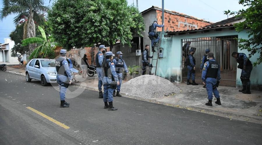 Imagem: Policial pulando muro de residencia PM realiza perseguição e prende ladrão com extensa ficha criminal após cometer roubo