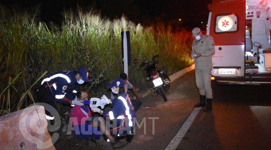 Imagem: Profissionais do Samu realizando atendimento a vitima Motociclista fica ferido após acidente no Anel Viário