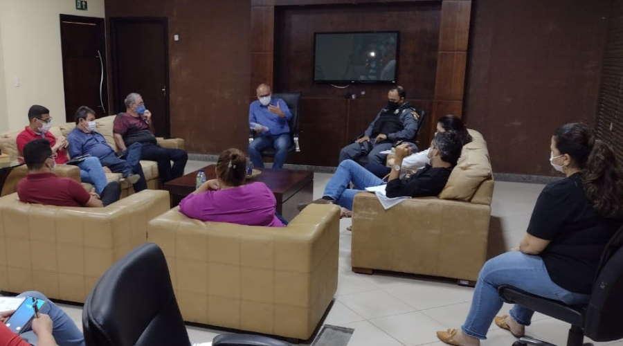 Imagem: REUNIAO DECRETO Prefeitura retoma restrições e vai lacrar estabelecimentos que descumprirem