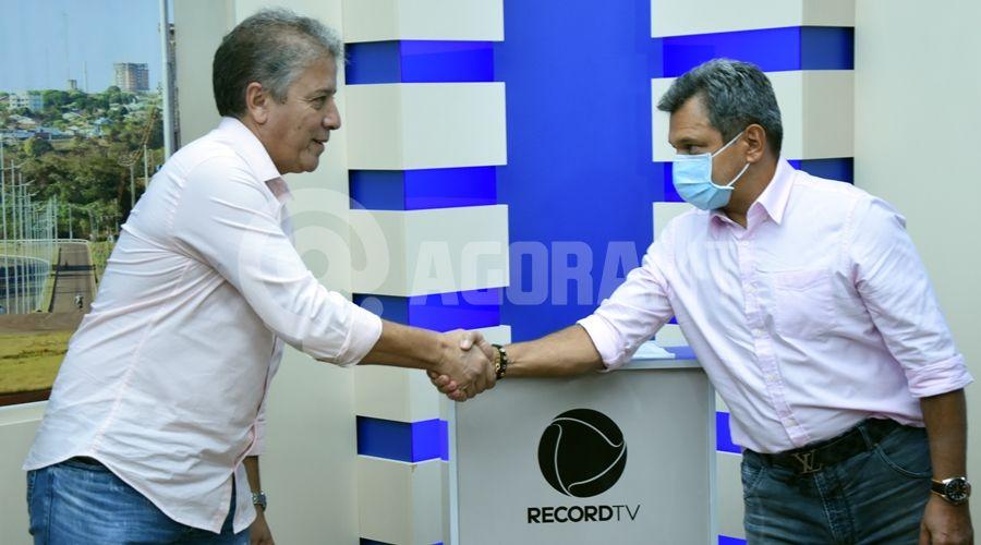 Imagem: Renato Muzeti comprimentando do diretor da Tv Vila Real TV Cidade recebe visita do diretor da Record TV nacional