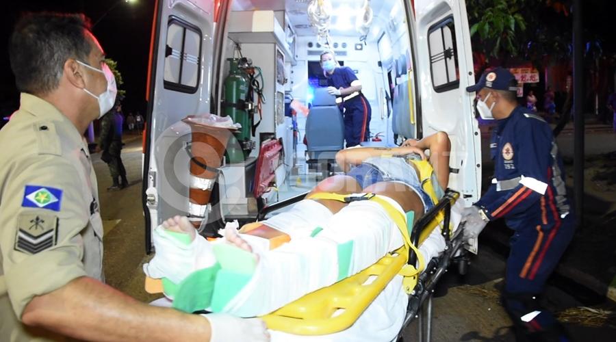 Imagem: Samu atendendo vitima de acidente no Bairro Monte Libano Motociclista fica ferida após bater em carro no Monte Líbano