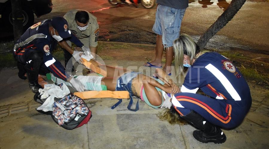 Imagem: Samu atendendo vitima de acidente Motociclista fica ferida após bater em carro no Monte Líbano