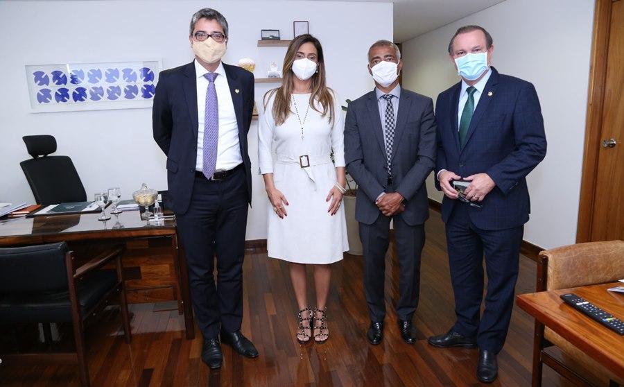 Imagem: Senador Wellington e Romario Bolsonaro deverá conhecer laboratórios que podem produzir vacina anticovid-19