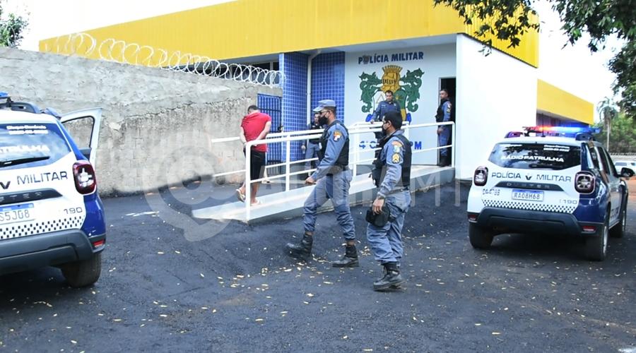 Imagem: Suspeito sendo conduzido a 1a DP PM realiza perseguição e prende ladrão com extensa ficha criminal após cometer roubo