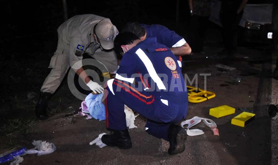Imagem: Uma das criancas sendo socorridas Atropelamento seguido de capotamento causa acidente com caminhão na BR - 364