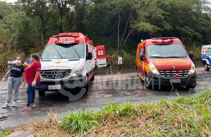 Imagem: Viatura do Samu e Corpo de Bombeiros Acidente entre caminhão e carreta deixa motorista morto