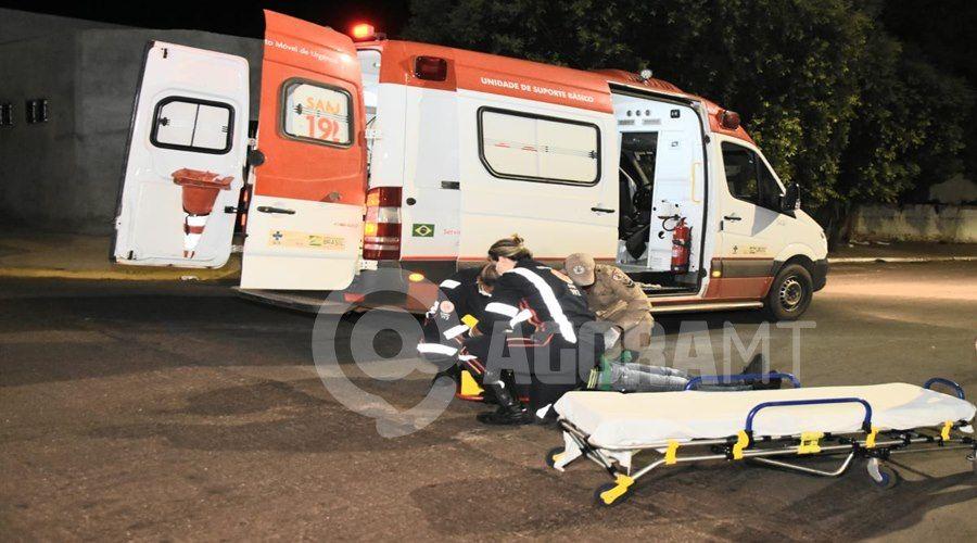 Imagem: Vitima recebendo atendimento do Samu Motoqueiro invade a preferencial na 15 de Novembro e fica ferido
