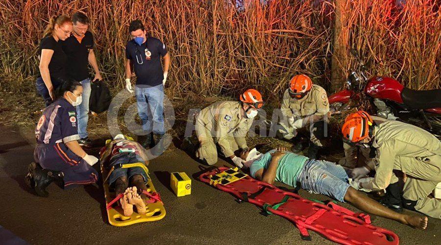 Imagem: Vitimas do acidente recebendo atendimento Motoqueiro desvia de buraco e atinge ciclista que estava voltando do trabalho