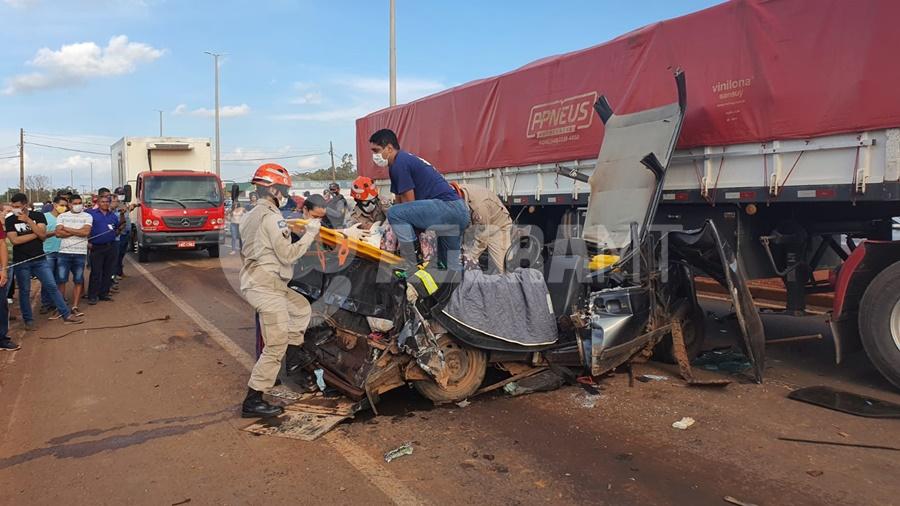 Imagem: WhatsApp Image 2021 05 31 at 17.38.43 Carro é 'prensado' por carretas e dois passageiros ficam presos às ferragens