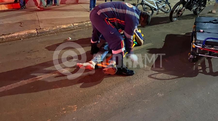 Imagem: aaf6378e d0e7 482a 9892 177bf49ecf75 Ciclista se desequilibra e cai ao pegar carona em motocicleta