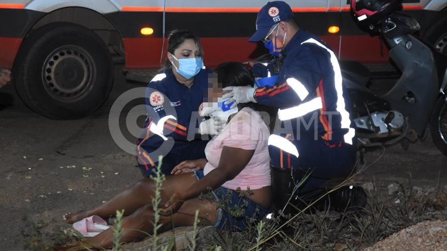 Imagem: acidente Ferida, motociclista é socorrida pelo Samu após bater em carro
