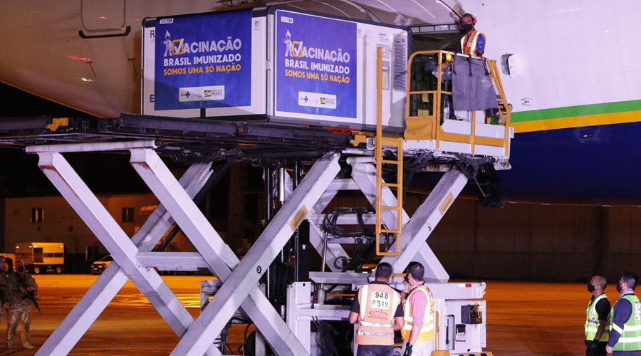 Imagem: Remessa de 3,8 milhões de doses da Oxford/AstraZeneca chega ao Brasil