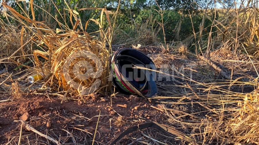 Imagem: capacete motociclista acidente mt 358 Motociclista tem perna amputada e é socorrido em estado grave