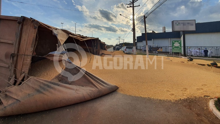 Imagem: carreta carregadda milho acidente Carro é 'prensado' por carretas e dois passageiros ficam presos às ferragens