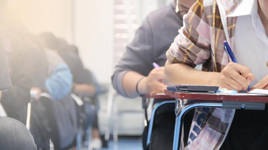 Imagem: educacao estudantes sala aula foto banco de imagem Começa hoje prazo para instituições aderirem ao exame