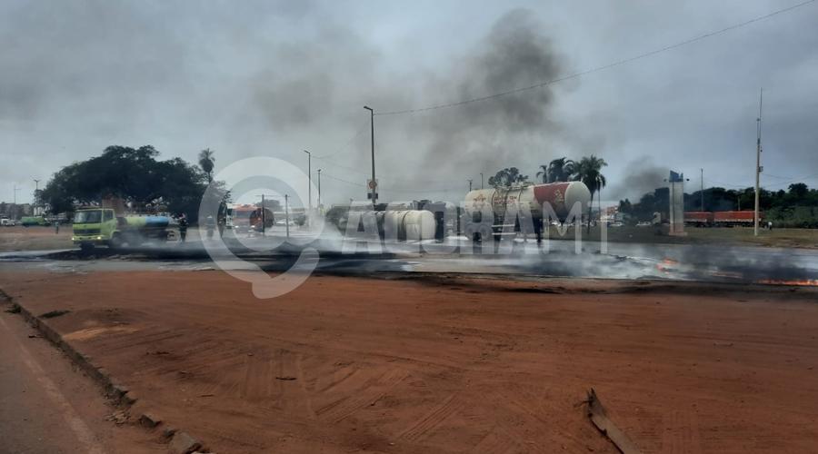 Imagem: fogo Duas carretas pegam fogo após caminhão-tanque tombar