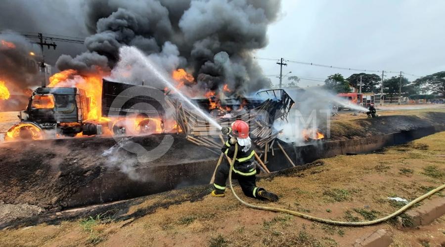 Imagem: fogoo Duas carretas pegam fogo após caminhão-tanque tombar