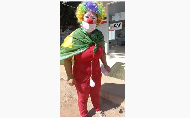 Imagem: moradora VG Moradora de VG se veste de palhaça e critica falta d'água