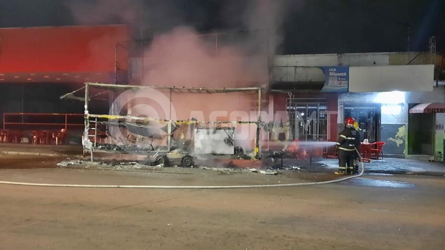 Imagem: resfriamento bombeiro Trailer fica totalmente destruído pelo fogo após vazamento de gás