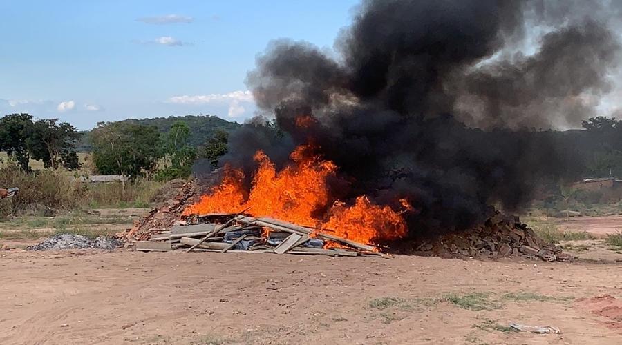 Imagem: 03 2 Cerca de meia tonelada de entorpecentes são incinerados