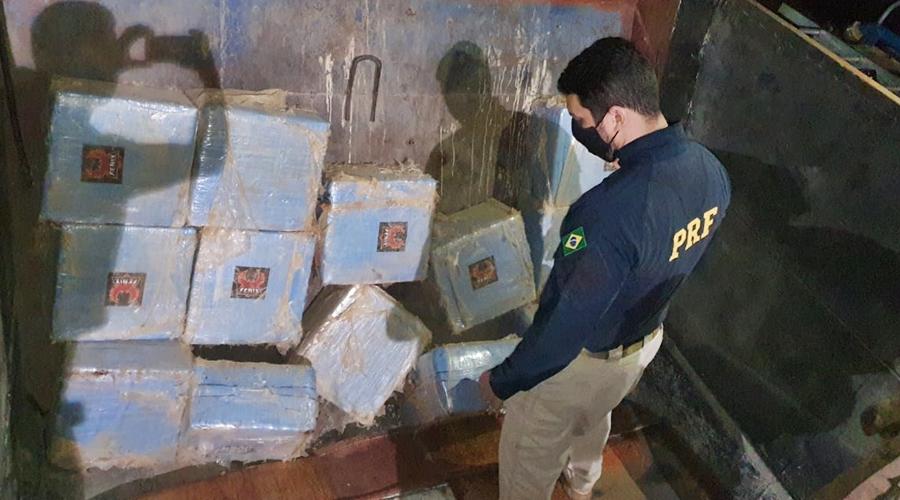 Imagem: 1f2ddac6 8fc0 471f 8fa4 c7cf934b8bf4 Quase meia tonelada de cocaína é encontrada em fundo falso de caminhão