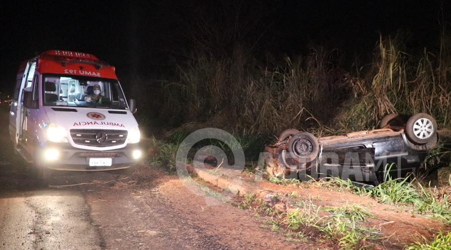 Imagem: Altomovel capotado no Anel Viario Moto sem iluminação causa acidente e carro capota no Anel Viário