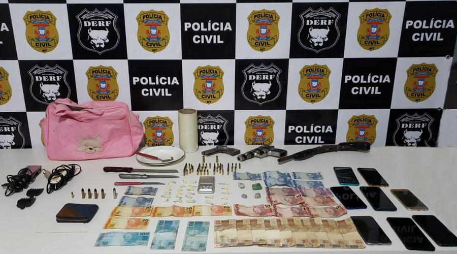 Imagem: Armas municoes dinheiro celulares e outros objetos apreendidos pela Derf Polícia fecha oficina de desmanche de motos e dupla é presa