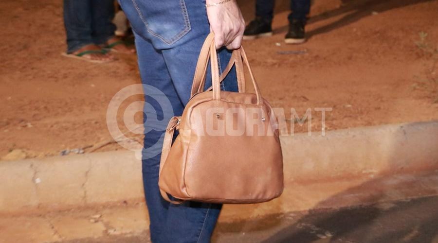 Imagem: Bolsa que os Bandidos tentaram roubar Mulher perde o controle da moto e fica ferida após bandidos tentarem roubar a sua bolsa