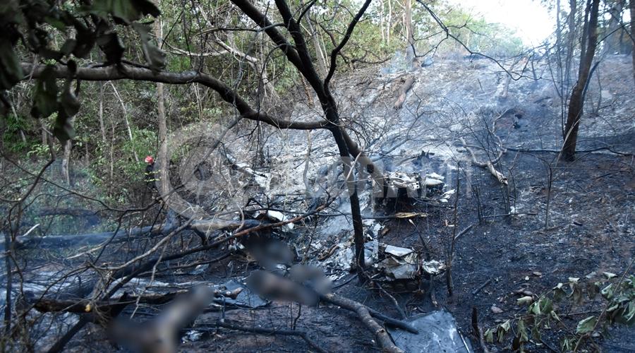 Imagem: Bombeiro no local do acidente aereo no Cidade de Selva Queda de avião mata quatro pessoas e assusta moradores da Rodovia do Peixe