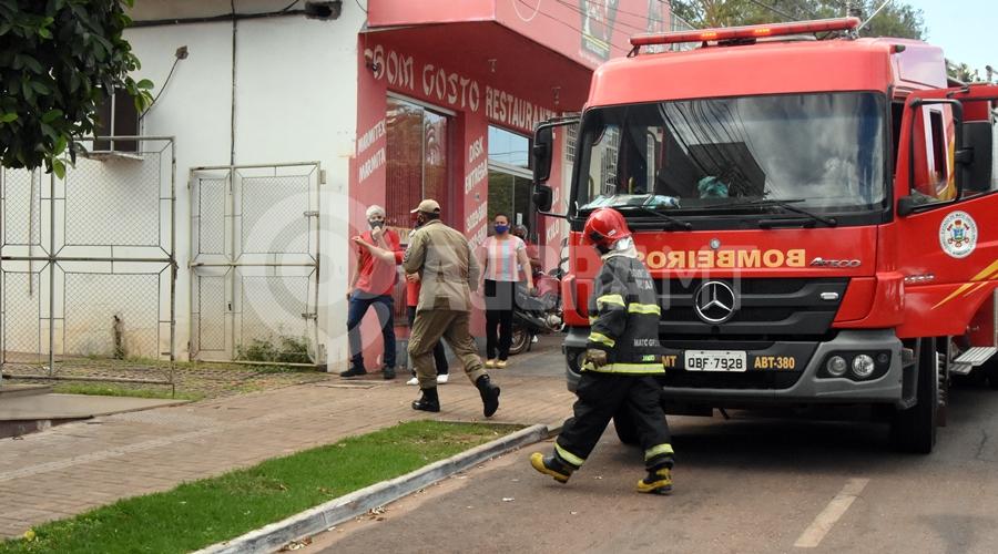 Imagem: Bombeiros chegando no local da ocorrencia Vazamento de gás provoca princípio de incêndio em restaurante