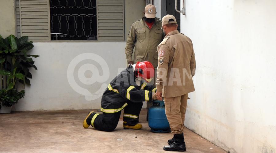 Imagem: Bombeiros com o botijao Vazamento de gás provoca princípio de incêndio em restaurante