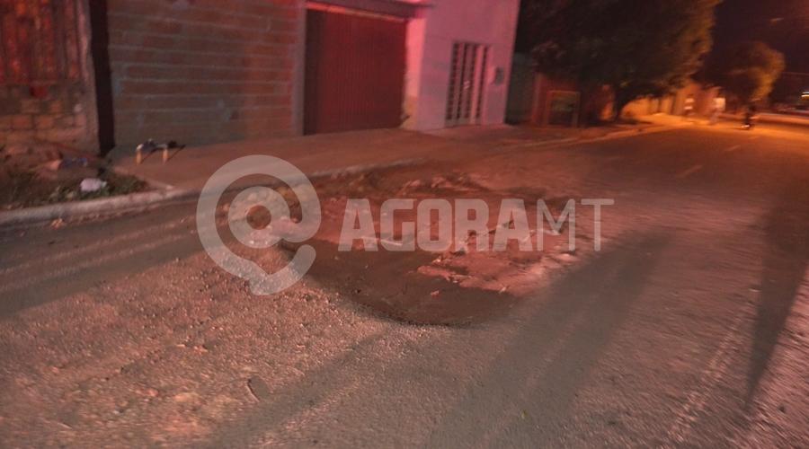 Imagem: Buraco na rua 7 do Parque Sao Jorge Mulher perde controle após passar em buraco e bate em outro motociclista