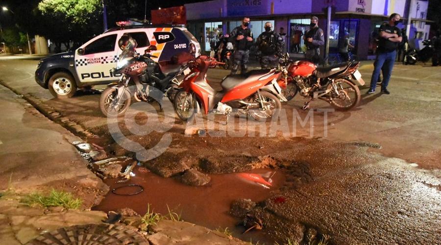 Imagem: Buraco que o senhor de 50 anos caiu apos a colisao Motociclistas sofrem fraturas e uma das vítima cai em buraco após acidente