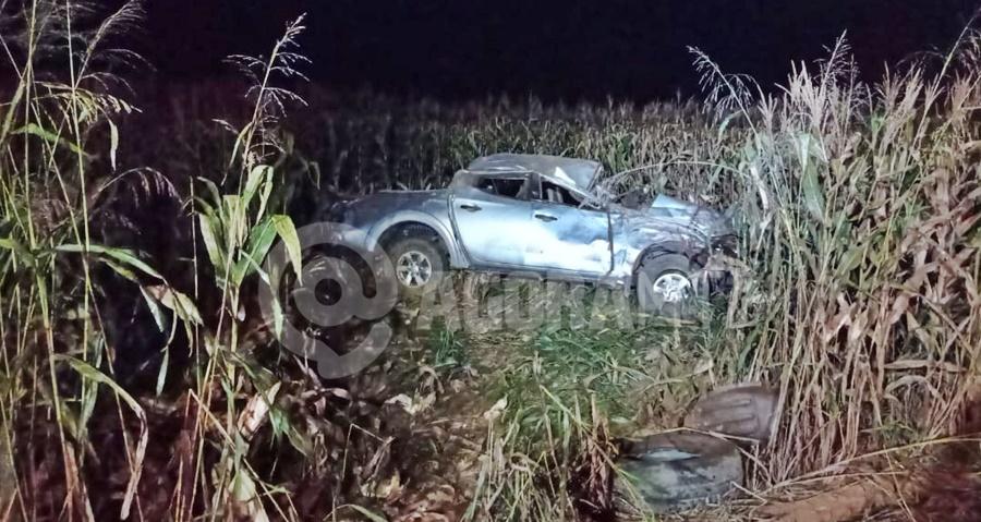 Imagem: Caminhonete ficou desruida Motorista capota veículo e fica ferido após tentar desviar de animal na pista