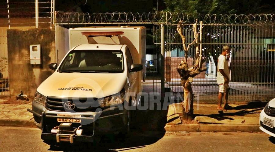 Imagem: Carro da Politec em frente a residencia da vitima Idoso é encontrado morto dentro de casa com ferimento na cabeça e nu