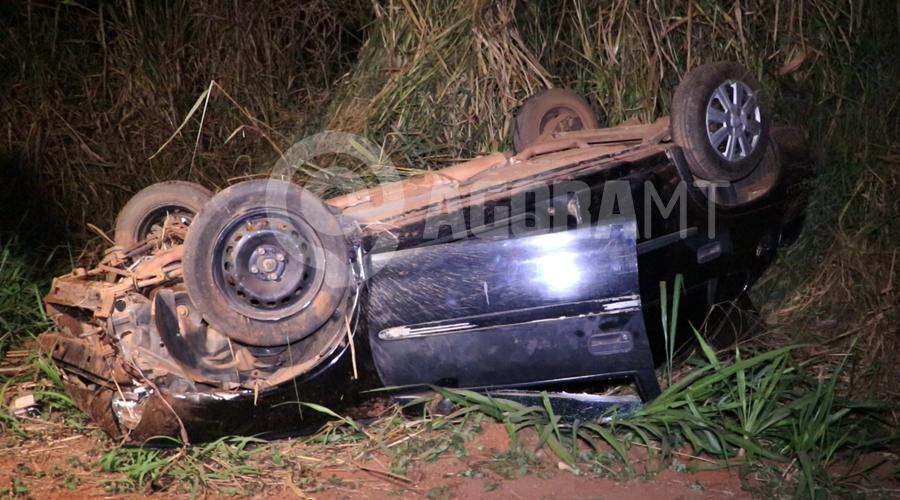 Imagem: Carro totalmente destruido apos capotamento Moto sem iluminação causa acidente e carro capota no Anel Viário