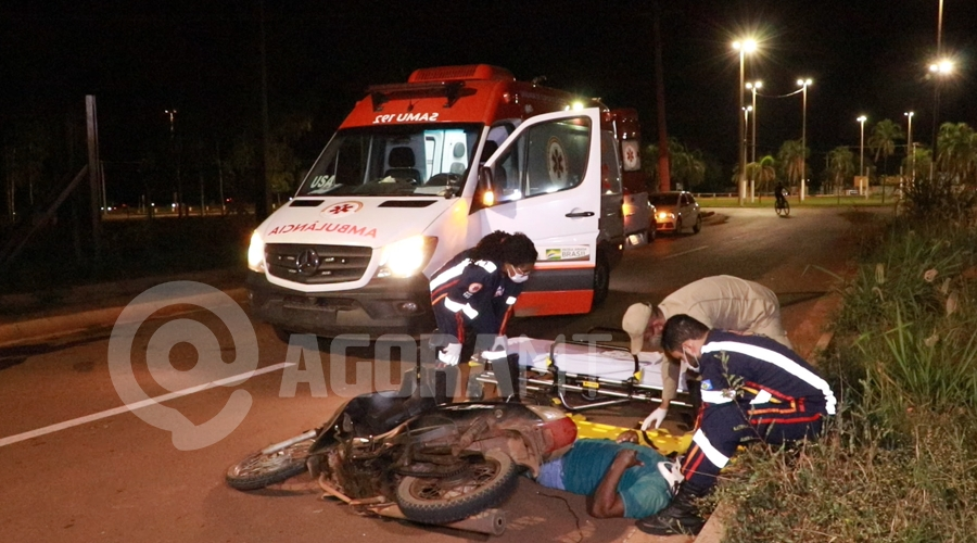 Imagem: Condutor da moto recebendo atendimento do medico do Samu Motociclista perde o controle, bate em meio fio e fica desacordado