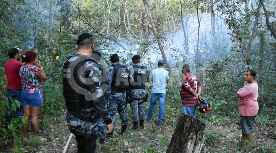 Imagem: Forcas Oficiais e populares no local do acidente Queda de avião mata quatro pessoas e assusta moradores da Rodovia do Peixe