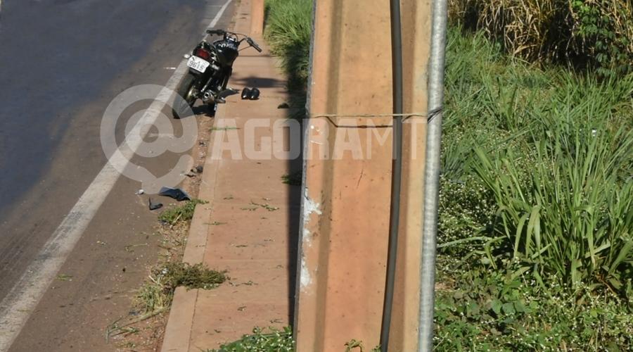 Imagem: Local onde a moto colidiu Motociclista perde o controle, bate em poste e morre na BR-364