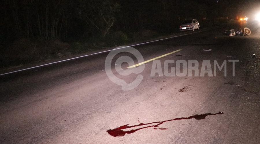 Imagem: Local onde uma das vitimas ficou caida Moto parte ao meio em acidente no Anel Viário e duas pessoas ficam gravemente feridas